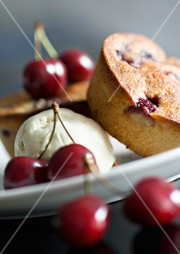 Cherry muffins with ice cream