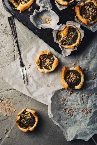 Puff pastry tartlets with spinach, tomatoes and sunflower seeds