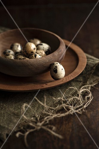 Quail's eggs in a wooden bowl