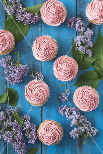 Cupcakes with raspberry cream