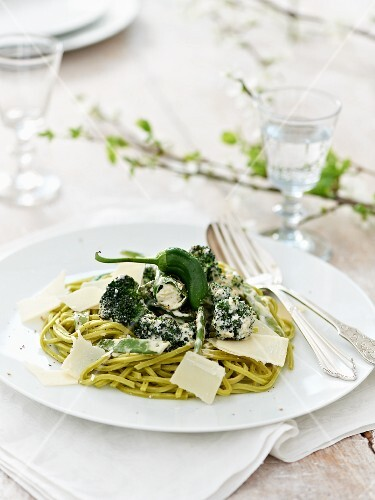 Green pasta with properly, pimentos and mange tout