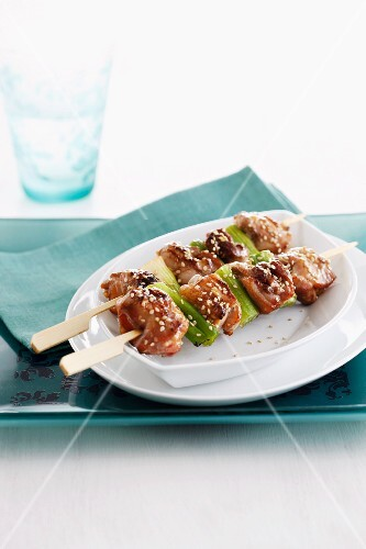Pork skewers with sesame seeds and peppers