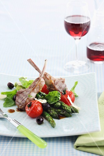 Lamb chops with asparagus, olives and tomatoes