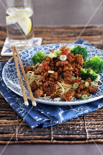 Minced meat with oriental noodles and broccoli