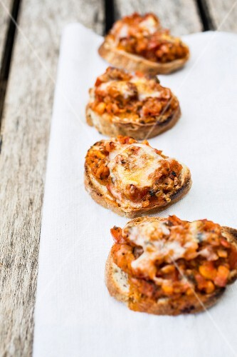 Gratinated bruschetta