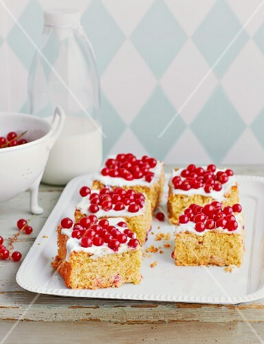 Redcurrant cake with pistachios