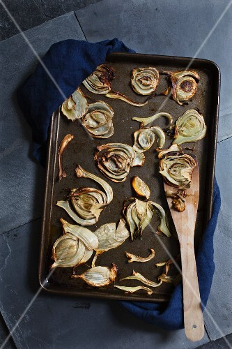 Oven-roasted fennel on a baking tray (seen from above)