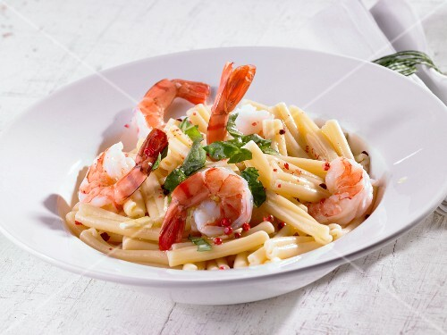 Pasta with prawns, pink pepper and olive oil