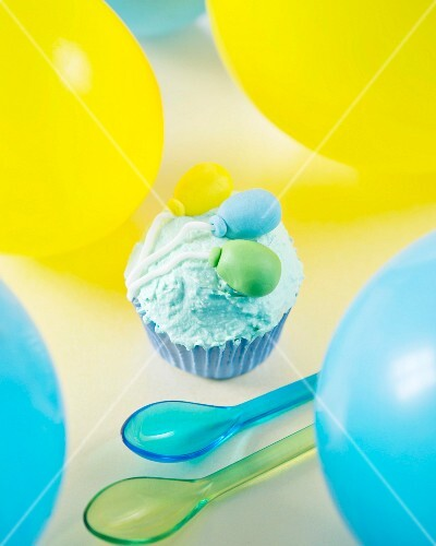 A cupcake for a children's birthday decorated with fondant balloons