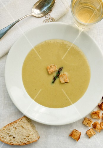 Asparagus soup with croutons