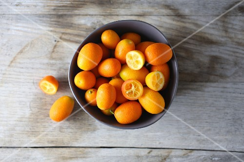 A bowl of kumquats (seen from above)
