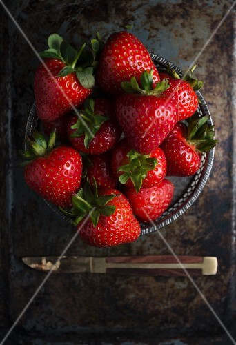 A bowl of fresh strawberries (seen from above)