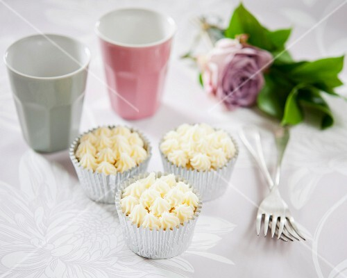 Cupcakes decorated with white chocolate buttercream