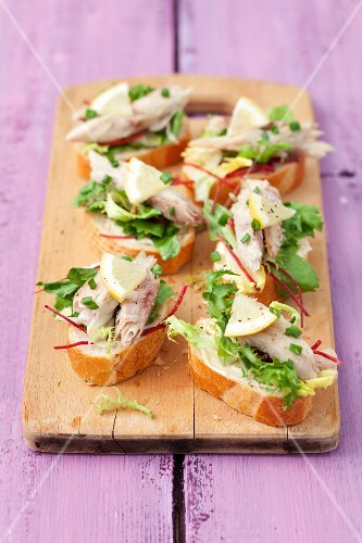Canapés with smoked mackerel, lettuce and beetroot