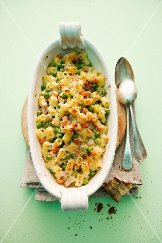Pasta gratin with peas and ham