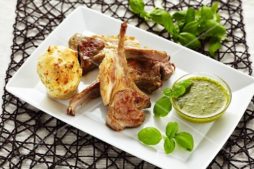 Lamb chops with a spicy cheese muffin