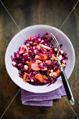Red cabbage salad with fruits