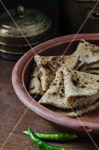 Sweet potato paratha in a terracotta dish (India)