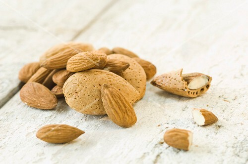 A pile of almonds, shelled and unshelled (close-up)