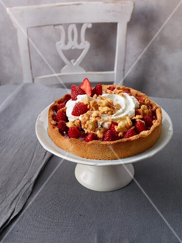 Strawberry crumble cake with cream