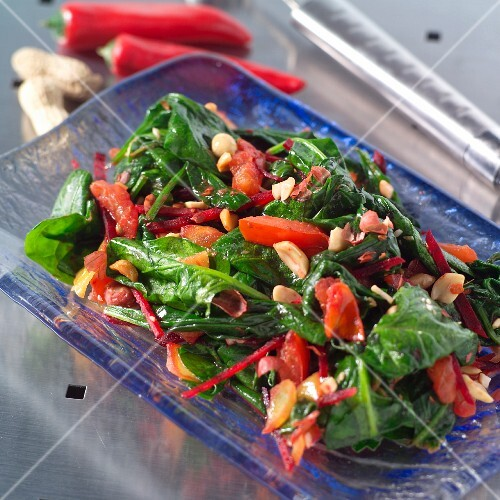 Spinach salad with beetroot and tomatoes