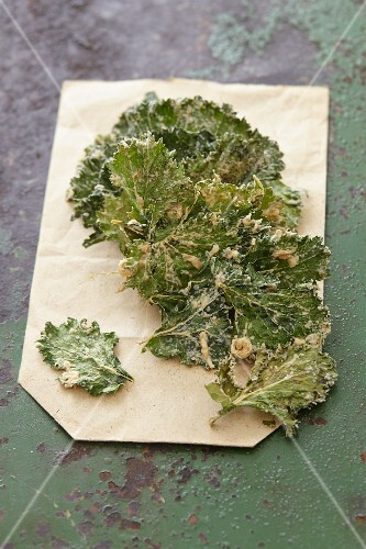 Kale crisps with onions and vinegar