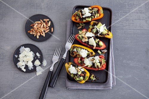 Mini peppers filled with lentils and pesto