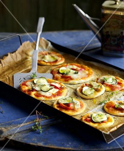 Quick mini pizzas with courgette and red peppers
