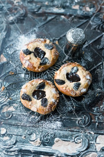 Stewed plum pastries with poppyseeds and icing sugar (Vienna)