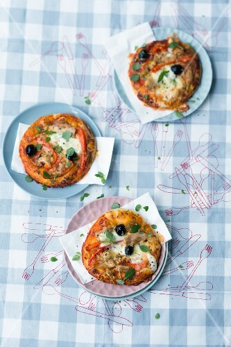 Mini pizzas with peppers, tuna fish and olives
