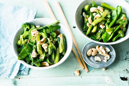 Stir-fried green vegetables with cashew nuts