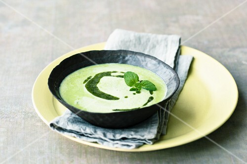 Green pea soup with white wine and mint