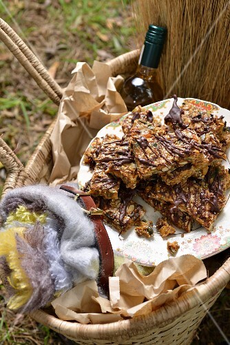 Muesli bars with chocolate for a winter picnic (South Africa)