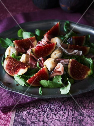 Fig salad with rocket, ham and mini mozzarella
