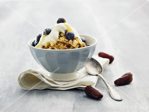 Muesli with yoghurt, blueberries and dates