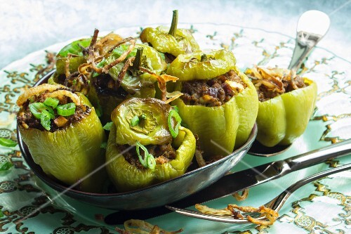 Stuffed, gratinated mini peppers with roasted onions
