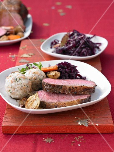 Roast beef with red cabbage and bread dumplings