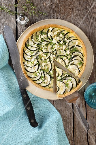 Courgette tart with sheep's cheese and thyme (seen from above)