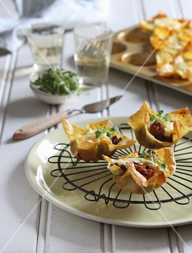 Lasagne tartlets with a Bolognese filling, béchamel sauce and herbs