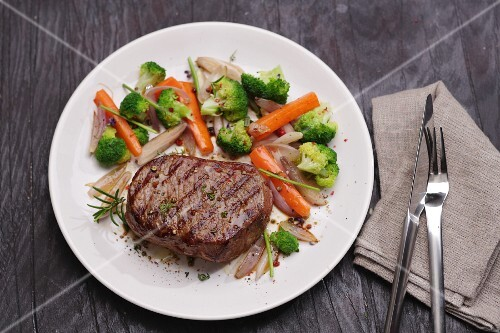 Entrecôte with a side of vegetables