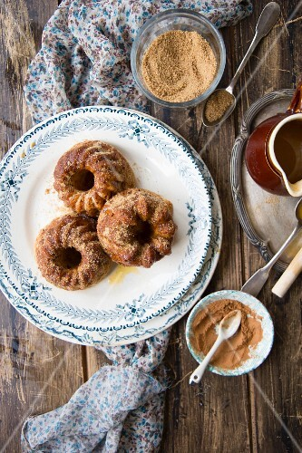 Mini Bundt cakes with cinnamon, brown sugar and cider