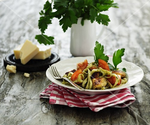 Tagliatelle with parsley, tomatoes and chicken