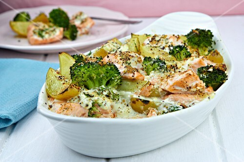 Salmon bake with broccoli
