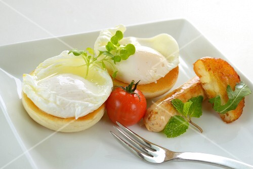 Poached eggs with sausages and a tomato