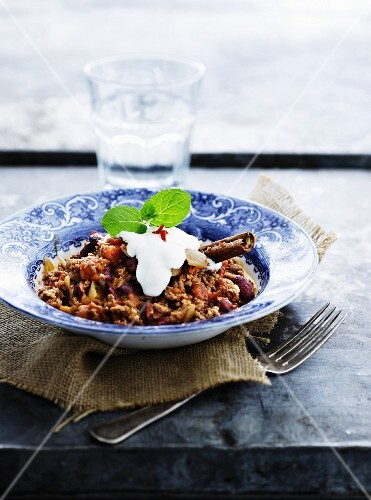 Chilli con carne with sour cream and cinnamon