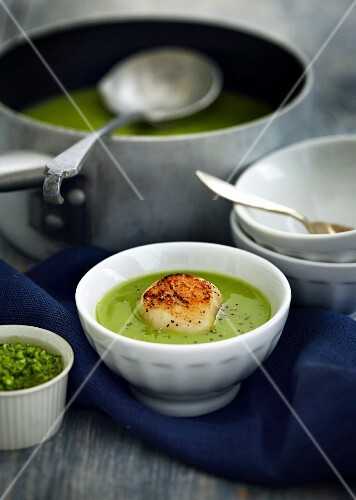 Pea soup with fried scallops