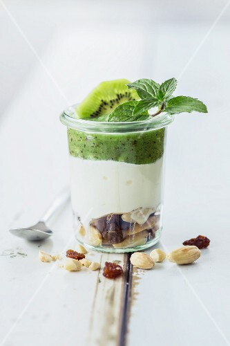 Low-carb muesli with almonds and kiwis