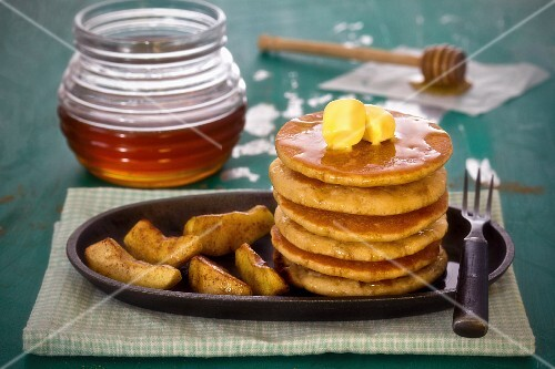 Wholemeal pancakes with cinnamon apples