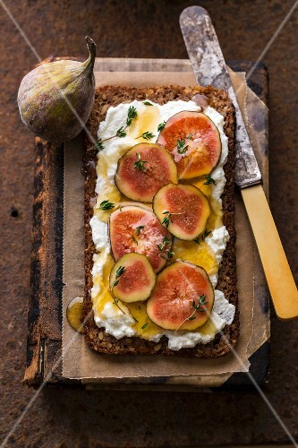 Wholemeal bread with goat's cheese, figs, thyme and honey
