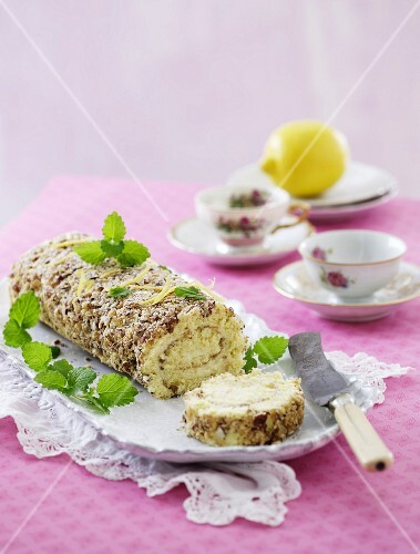 Nut roulade with lemon and mint